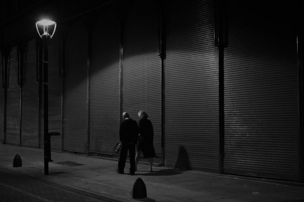 11 pareja caminando en la noche