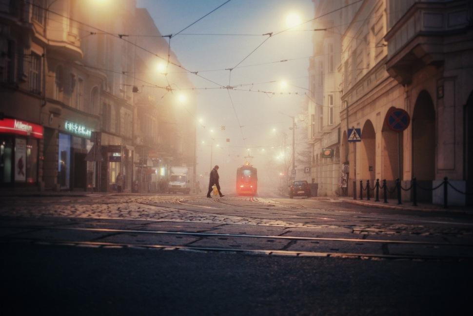 crossing intersection foggy tram gwarna teatralny pedestrian